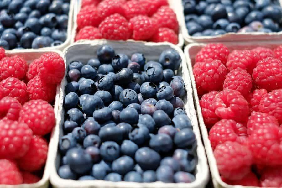 Częstą przyczyną zarażenia wirusami pokarmowymi jest spożycie nieumytych owoców fot. pixabay