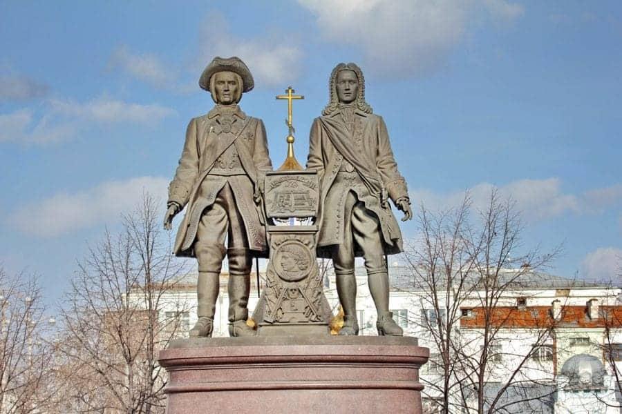 Pomnik założycieli miasta Vasily Tatiszev i Wilhelm de Gennin fot. pixabay