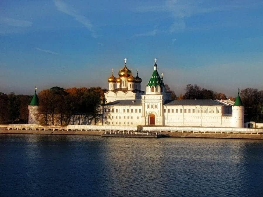 Widok na zabudowania świątyni oraz ujście rzeki Kostromy fot. pixabay