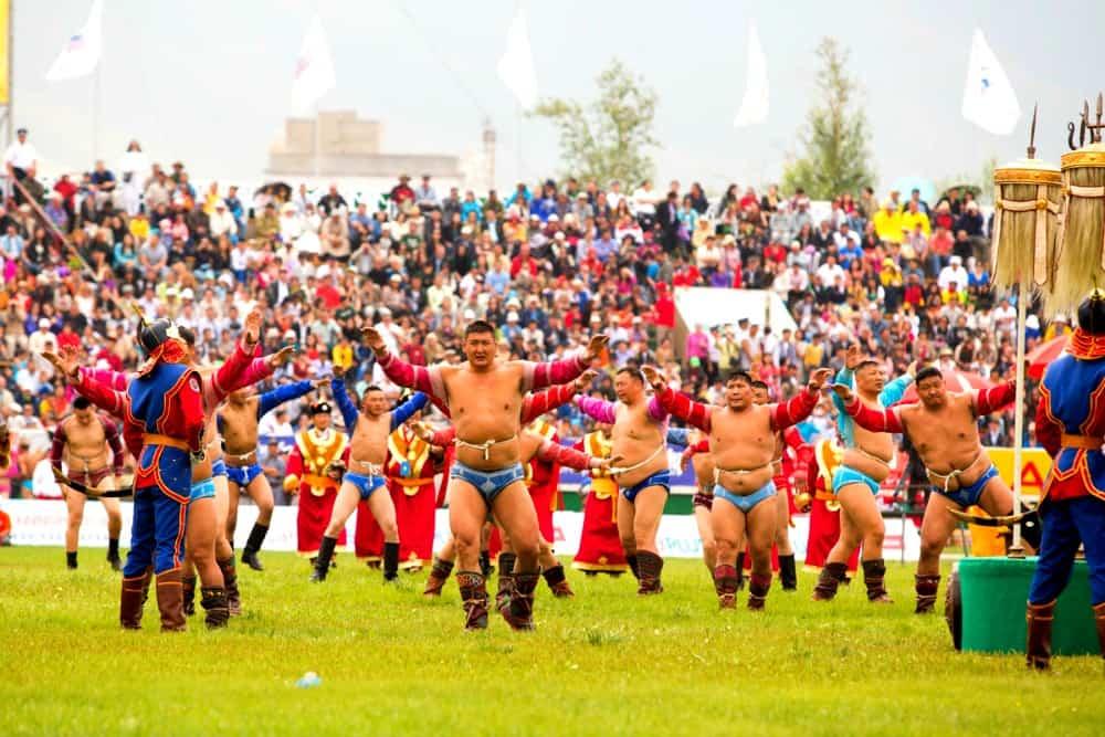 jedna-z-tradycyjnych-dyscyplin-sportowych-mongolii-sa-zapasy-blog-transsyberyjska