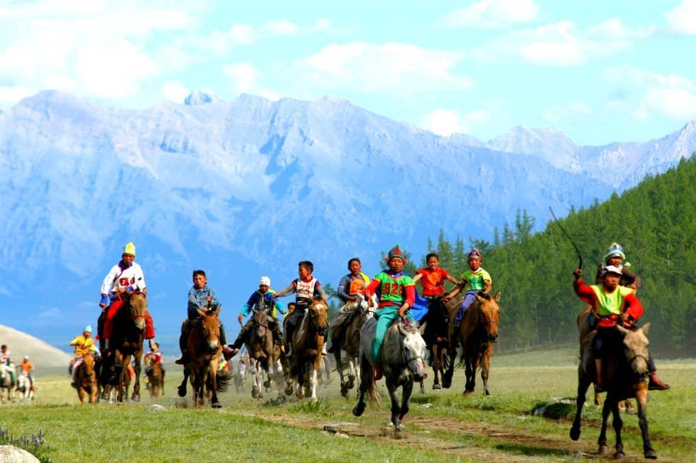 w-wyscigach-konnych-biora-udzial-rowniez-dzieci-blog-transsyberyjska