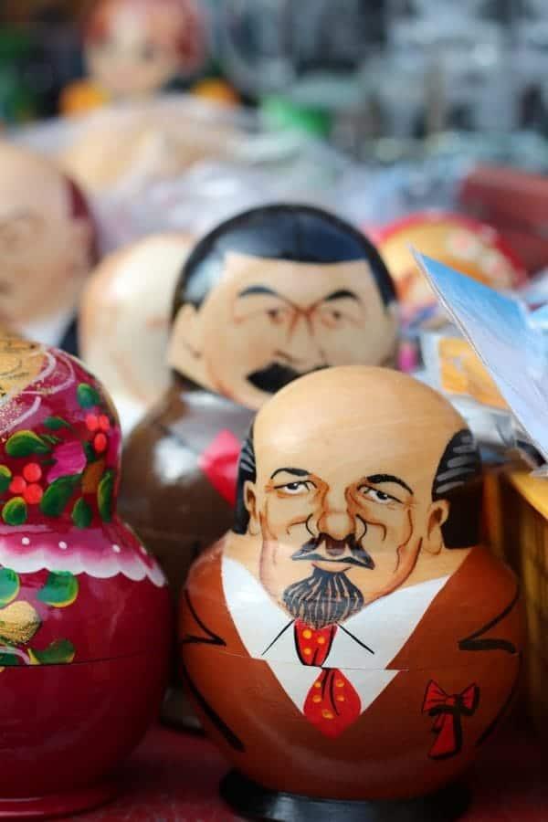 Drewniane laleczki z wizerunkiem znanych polityków, sportowców, postaci historycznych, aktorów czy pisarzy fot. pixabay