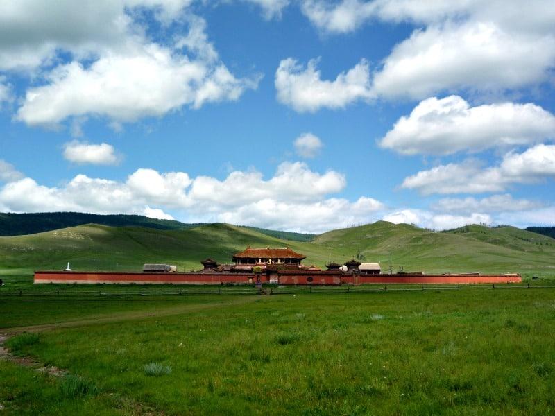 Krajobraz, na tle którego znajduje się klasztor, zapiera dech w piersiach. Krajobraz, na tle którego znajduje się klasztor, zapiera dech w piersiach. fot. wikimedia.org