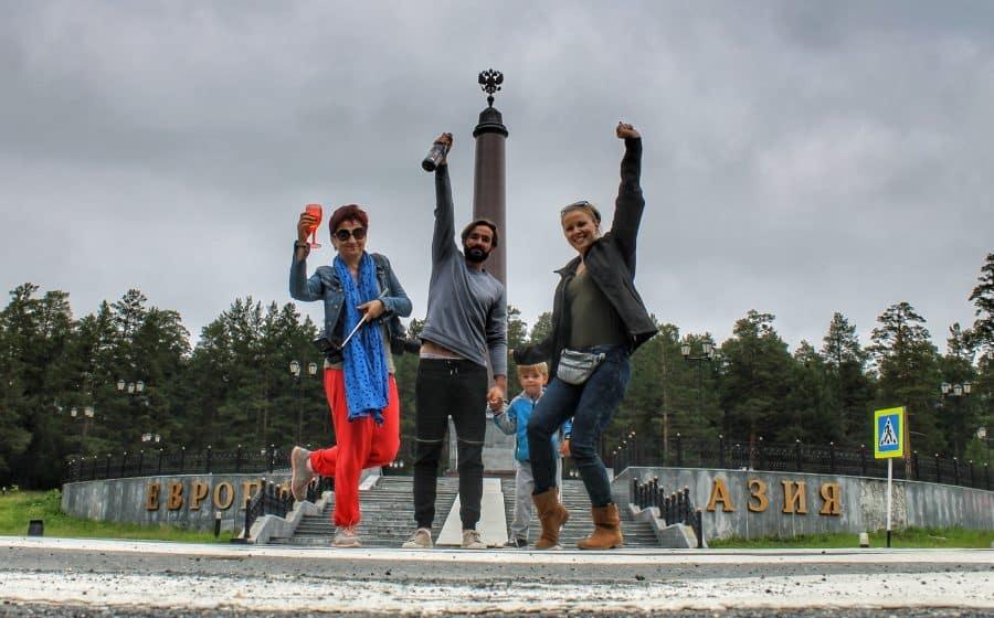 Granica kontynentów Azja-Europa i obowiązkowy szampan na granicy! Po jednym symbolicznym kieliszku za Azję i za Europę.