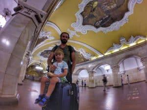 Snapseed. Metro moskiewskie uznawane jest za najpiękniejsze na świecie! Stacja Kosomolskaja leży dokładnie pod Placem Trzech Dworców skąd startuje Kolej Trnassyberyjską