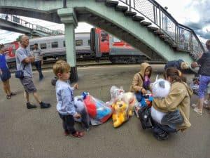 Sprzedaż na peronach to już niestety zanikająca tradycja Kolei Transsyberyjskiej. Na naszym szlaku widzieliśmy peronowych handlarzy tylko raz, sprzedających zabawki
