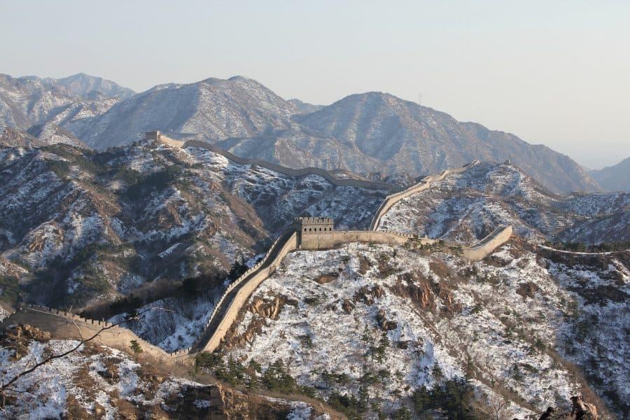 Zaśnieżony Wielki Mur Chiński to widok rzadko dostępny turystom. fot. pixabay