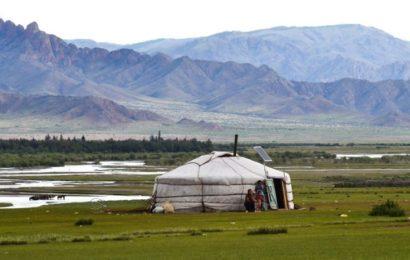 Step, a na nim jurta. Nad wejściem przymocowane baterie słoneczne, a przed wejściem siedzi mongolska rodzina. fot. pixabay