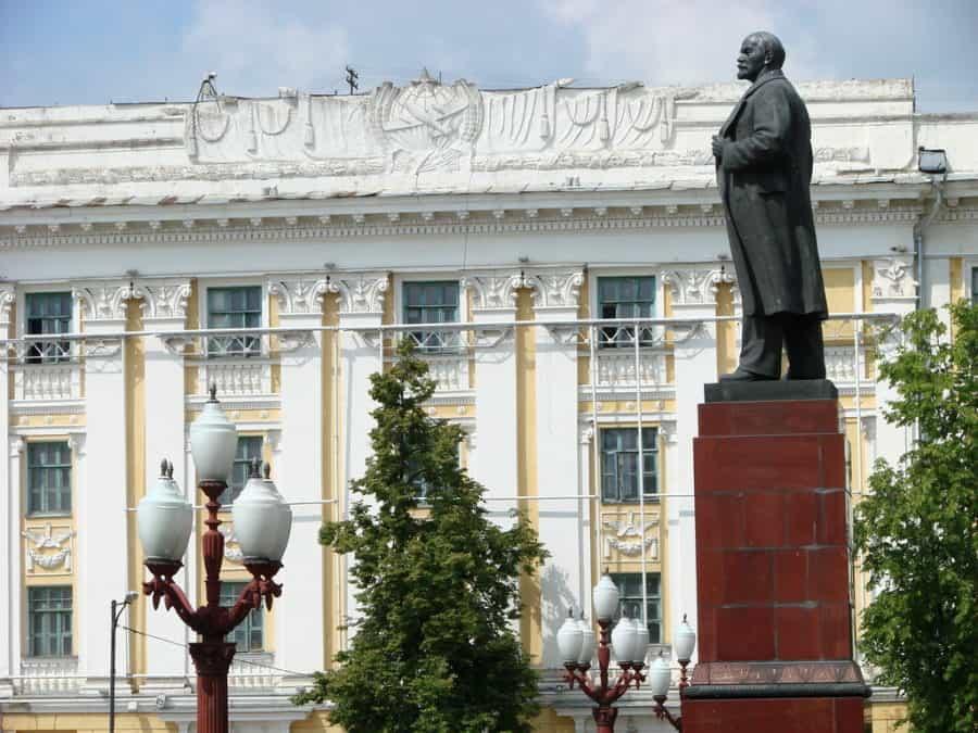 Pomnik Lenina z widokiem na ratusz w Kazaniu
